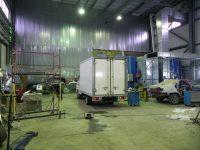 огромный цех автосервиса Инфопром позволяет осуществлять ремонт грузовых автомобилей любого размера